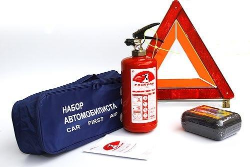 Отсутствие аптечки, огнетушителя или знака аварийной остановки